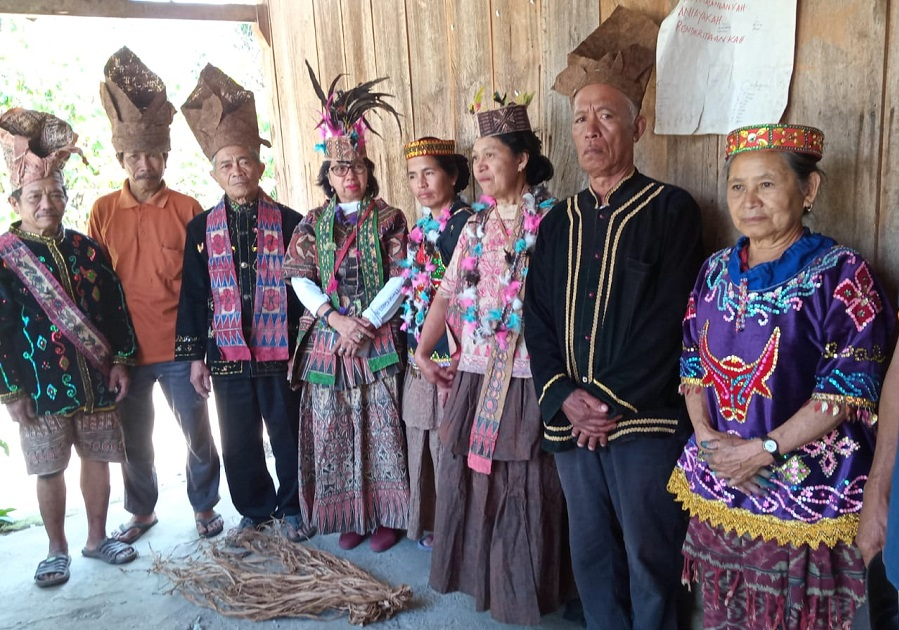 the craftsmen of traditional clothes made of bark
